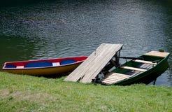 Barcos na costa do lago Fotos de Stock Royalty Free