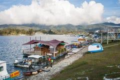 Barcos na costa do lago fotos de stock