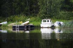 Barcos na costa do lago Imagem de Stock Royalty Free