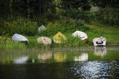 Barcos na costa do lago Fotografia de Stock