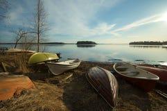 Barcos na costa do lago Imagem de Stock