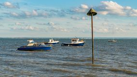 Barcos na costa do rio Tamisa Foto de Stock Royalty Free