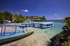 Barcos na costa, Nusa Penida em Indonésia Foto de Stock