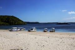 Barcos na costa, Nusa Penida em Indonésia Fotografia de Stock Royalty Free