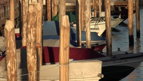 Barcos na doca do canal imagens de stock