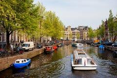 Barcos na excursão do canal em Amsterdão Fotografia de Stock