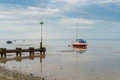 Barcos na maré baixa na costa do rio Tamisa Imagem de Stock
