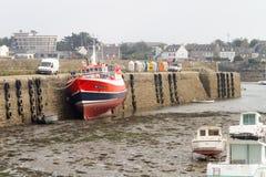Barcos na maré baixa em um porto Fotografia de Stock