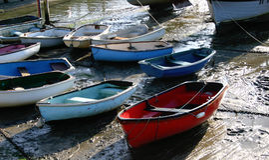 Barcos na maré baixa na costa inglesa, descansando após muitas horas no mar Fotografia de Stock