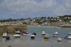 Barcos na maré baixa no porto da montagem do ` s de St Michael, Cornualha Imagem de Stock Royalty Free