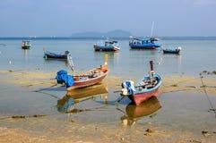 Barcos na maré baixa, Phuket, Tailândia Fotos de Stock Royalty Free