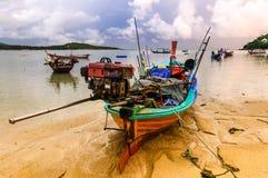 Barcos na maré baixa, praia de Rawai, Phuket, Tailândia Fotos de Stock Royalty Free