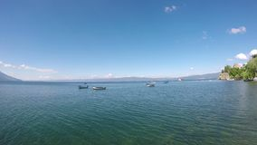 Barcos na paisagem de Ohrid do lago vídeos de arquivo