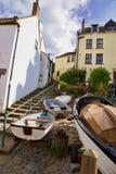 Barcos na parte inferior das etapas na baía Inglaterra de Robin Hoos imagem de stock royalty free