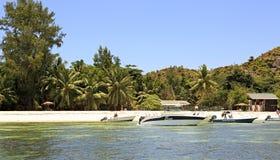 Barcos na praia bonita da ilha de Curieuse no Oceano Índico Fotos de Stock Royalty Free