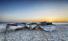 Barcos na praia de Chesil fotografia de stock royalty free