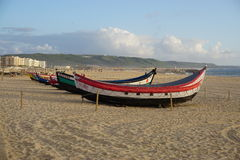 Barcos na praia em Nazare, Portugal fotos de stock royalty free
