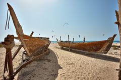 Barcos na praia no tempo do nascer do sol Fotografia de Stock