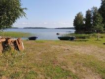 Barcos nas costas do verão do lago Imagens de Stock