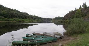 Barcos no banco de rio Imagens de Stock Royalty Free