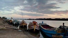 Barcos no banco de rio imagem de stock