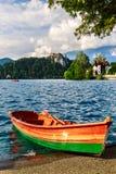 Barcos no cais do lago sangrado Imagem de Stock