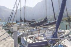 barcos no cais no fundo das montanhas nos cumes austríacos foto de stock royalty free