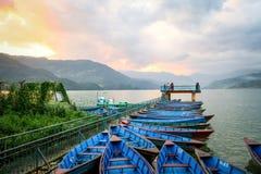 Barcos no cais, lago Phewa, Pokhara, Nepal Imagem de Stock