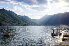 Barcos no cais na baía no por do sol Imagens de Stock