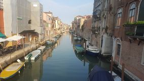 Barcos no canal em Veneza fotografia de stock