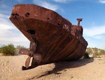 Barcos no deserto em torno do mar de Moynaq - de Aral foto de stock