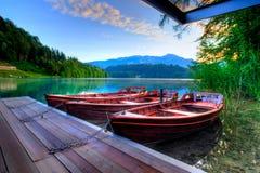 Barcos no lago alpino no amanhecer Fotografia de Stock