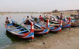 Barcos no lago Amarapura na ponte de Ubein Imagens de Stock Royalty Free