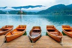 Barcos no lago Bled em Eslovênia Lago mountain com ilha e a igreja pequenas fotos de stock