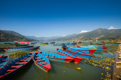Barcos no lago Fewa, Pokhara fotografia de stock royalty free