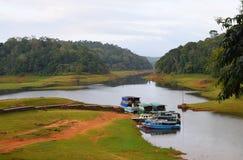 Barcos no lago Periyar e no parque nacional, Thekkady, Kerala, Índia Foto de Stock