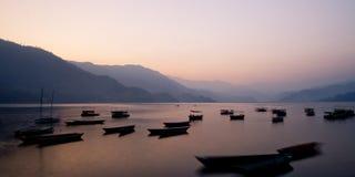 Barcos no lago Phewa Imagem de Stock Royalty Free