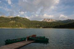 4 barcos no lago preto Imagem de Stock Royalty Free