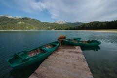 4 barcos no lago preto, Durmitor, Montenegro Fotografia de Stock