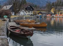 Barcos no lago sangrado fotografia de stock
