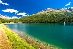 Barcos no lago Sankt Moritz em cumes suíços Imagem de Stock Royalty Free