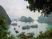 Barcos no louro de Halong, Vietnam Imagens de Stock Royalty Free