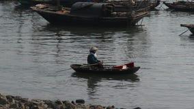 Barcos no louro de Halong, Vietnam filme