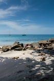 Barcos no mar além das rochas na praia fotos de stock royalty free