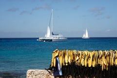 Barcos no mar com os revestimentos de vida no primeiro plano Imagens de Stock Royalty Free