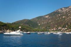 Barcos no mar do console da Ilha de Elba Fotografia de Stock Royalty Free