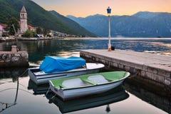 Barcos no mar no por do sol Fotos de Stock Royalty Free