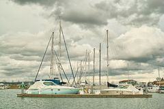 Barcos no moorage de encontro às nuvens Imagens de Stock