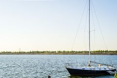 Barcos no por do sol do rio Fotos de Stock Royalty Free