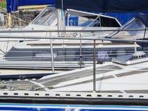 Barcos no porto com azul foto de stock